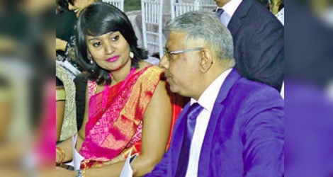 Pushpanjali Luchoo et le ministre Ashit Gungah lors d'un défilé du Fashion and Design Institute en août.