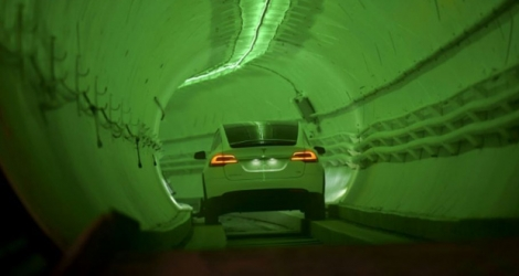 Une Tesla Model X modifiée conduit dans un tunnel test de Boring Co. à Hawthorne, au sud de Los Angeles, le 18 décembre 2018.