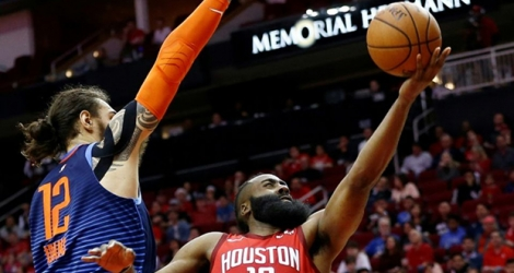James Harden (d) des Houston Rockets tente un panier face à Steven Adams du Oklahoma City Thunder en NBA, le 25 décembre 2018 à Houston