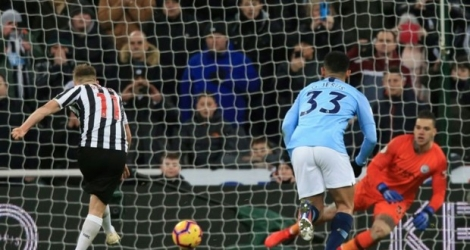 Le gardien de Manchester City Ederson s'incline devant Newcastle sur un penalty de Matt Ritchie à St James' Park, le 29 janvier 2019