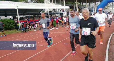 Le Premier ministre participait au «12 hour National Relay for Fun and Health».