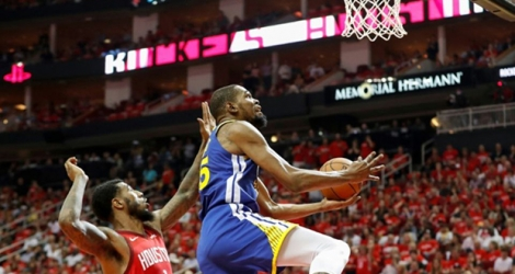 Kevin Durant des Golden State Warriors monte au panier face aux Houston Rockets lors du match 3 des demies de Conférence en play-offs NBA, le 4 mai 2019 à Houston.