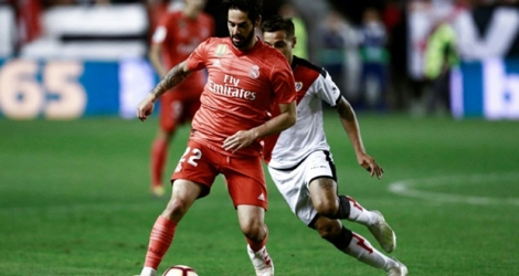 Le milieu du Real Madrid, Isco (g), lors du match de Liga face au Rayo Vallecano, à Madrid, le 28 avril 2019.
