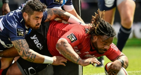 Le centre de Toulon, Mathieu Bastareaud (d), lors du match de Top 14 à domicile face à Bordeaux-Bègles, le 28 avril 2019.
