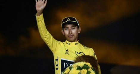 Le Colombien Egan Bernal sur la 1re marche du podium du Tour de France, à Paris, le 28 juillet 2019.