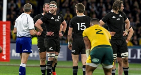 L'arbitre français Jérôme Garces (g) en discussion avec le capitaine des All Blacks Kieran Read lors du Rugby Championship face à l'Australie, le 10 août 2019 à Perth Photo TONY ASHBY. AFP