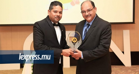 Kevin Boodhoo remettant un trophée au chef juge Eddy Balancy pour «long and loyal service to the judiciary».