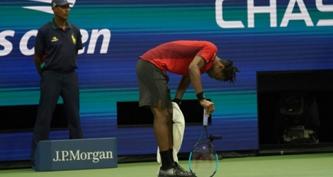 Gael Monfils se reprend après un long point contre Matteo Berrettini, le 4 septembre 2019 en quart de finale de l'US Open, à New York. Photo TIMOTHY A. CLARY. AFP
