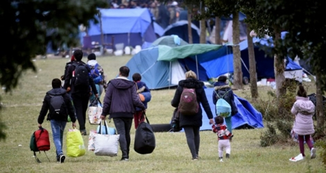 Des migrants quittent le campement de Grande-Synthe le 17 septembre 2019.