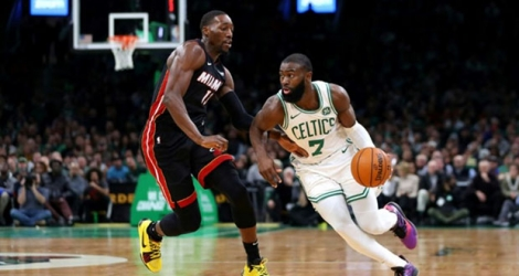 Bam Adebayo (g) du Miami Heat à la lutte avec Jaylen Brown des Boston Celtics, en NBA, le 4 décembre 2019 à Boston.