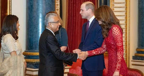 Pravind Jugnauth saluant le Prince William et Kate Middleton à Londres.