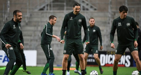La star de l'AC Milan, le Suédois Zlatan Ibrahimovic (C), s'entraîne pendant le confinement avec les joueurs du club suédois de Hammarby IF en respectant les règles de distanciation le 17 avril 2020 à à la Tele 2 Arena à Stockholm.
