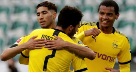 Le défenseur marocain de Dortmund, Achraf Hakimi (g), félicité par son coéquipier Jadon Sancho après son but lors de la réception de Wolfsburg, en Bundesliga, le 23 mai 2020 Photo Michael Sohn. AFP