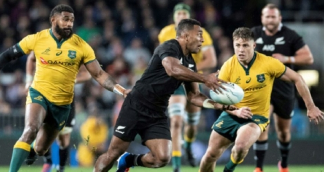 Le All Black Seva Reece tente de semer les Wallabies Marika Koroibete et James O'Connor lors d'un match de Rugby Championship, le 17 août 2019 à Auckland Photo Greg Bowker. AFP