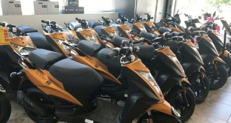 Des scooters dans le magasin Unik Moto à Long Island City, à New York, le 30 juillet 2020.