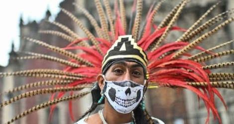 Un danseur traditionnel pose à Mexico City le 18 septembre 2020