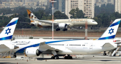 Un avion de la compagnie nationale Etihad Airways transportant une délégation officielle des Emirats arabes unis, atterrit à l'aéroport Ben Gourion de Tel-Aviv, le 20 octobre 2020 Photo JACK GUEZ. AFP