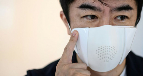 Taisuke Ono, le PDG de la start-up Donut Robotics, porte le masque «C-face» lors d'une interview avec l'AFP, le 29 septembre 2020 à Tokyo.