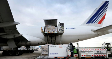 Chargement d'un conteneur pharmaceutique dans un avion cargo d'Air France, le 25 novembre 2020 à l'aéroport de Roissy Photo Thomas COEX. AFP
