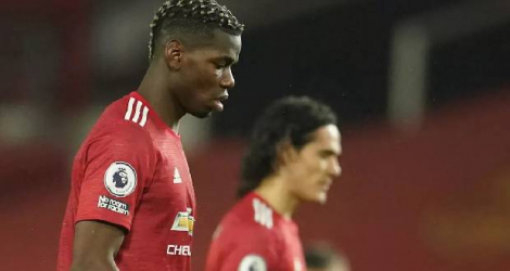 Le milieu de terrain français, Paul Pogba, et l'attaquant uruguayen, Edinson Cavani, dépités après la défaite de Manchester United face à Sheffield United (2-1) en Premier League, le 27 janvier 2021 à Manchester Dave Thompson POOL/AFP