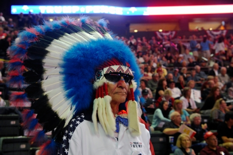 Clyde Triblett, partisan venu du Longmont, attend que le candidat républicain Donald Trump salue la foule au centre Budweiser Events à Loveland dans le Colorado le 3 octobre 2016.