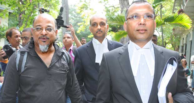Ashok Subron de Rezistans ek Alternativ et l'«Attorney General» Satish Faugoo hier, en Cour suprême.