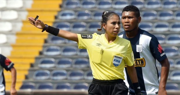 L'arbitre internationale péruvienne Melany Bermejo, dirige un match de football à Lima, le 24 avril 2016.