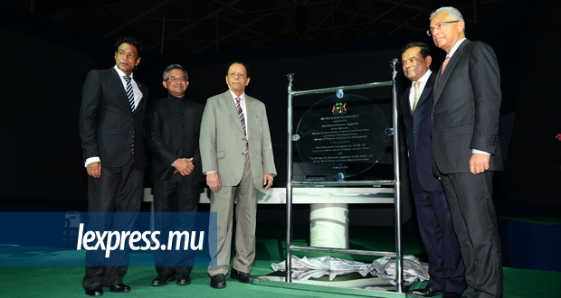 (From L to R) Nando Bodha, Indian High Commissioner Abhay Thakur, Sir Anerood Jugnauth, Ivan Collendavelloo and Pravind Jugnauth at the laying of the foundation stone of the project last week.