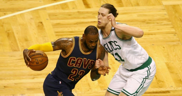 LeBron James (g) des Cleveland Cavaliers dribble Kelly Olynyk des Boston Celtics en play-offs NBA, le 17 mai 2017 à Boston .