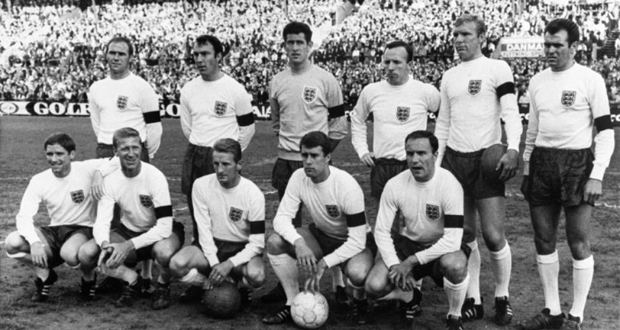 L'Angleterre championne du monde en 1966. Debout de g à d: Ray Wilson, Jimmy Greaves, Paul Bonetti, Nobby Stiles, Bobby Moore (captain), John Connelly. Devant: Alan Ball, Jacky Charlton, George Eastham, Geoff Hurst, George Cohen. Absents de la photo: Gordon Banks, Bobby Charlton, Martin Peters and Roger Hunt
