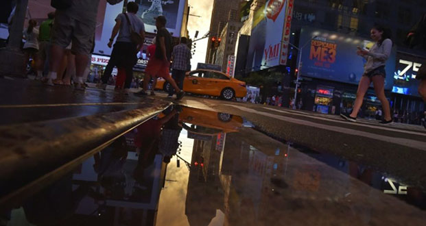 Le célèbre Times Square, à New York, vu du sol Photo LOIC VENANCE. AFP