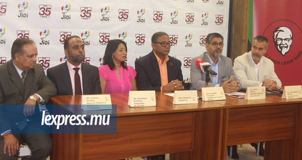De g. à dr. Giandev Moteea (Head of Finance & Marketing Commission du COJI), Maubarak Boodhun (directeur de cabinet du MJS), Annabelle Fanchette (responsable de la communication de «Pick N Eat Ltd)», le ministre Stephan Toussaint, Junaid Muslun (Managing Director de «Pick N Eat Ltd») et Jean-Pierre Sauzier (CEO du COJI), faisant face à la presse. © Lindsay Kadarasen