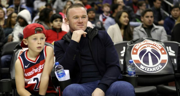 Wayne Rooney regarde un match de NBA à Washington avec son fils le 2 décembre 2018.