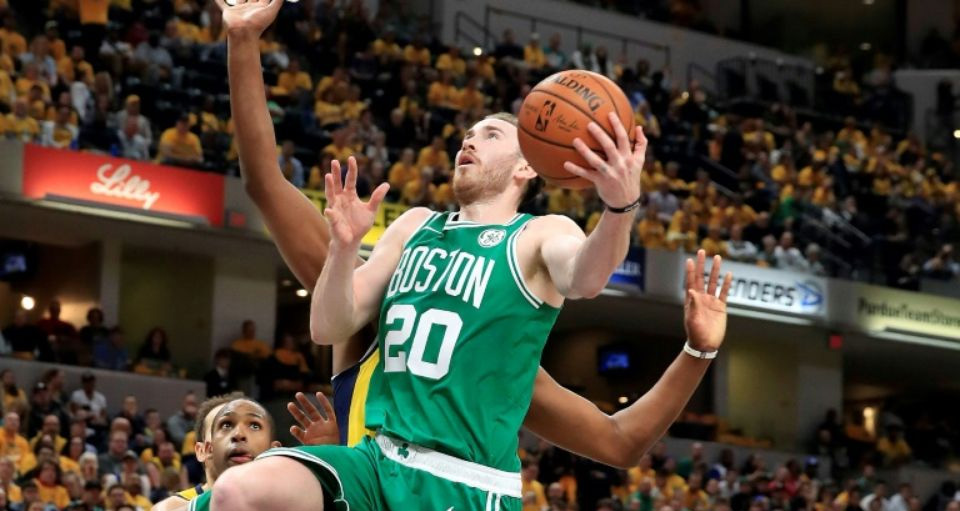 leg: Gordon Hayward des Boston Celtics monte au panier face aux Indiana Pacers lors du match 4 des play-offs NBA, le 21 avril 2019 à Indianapolis.