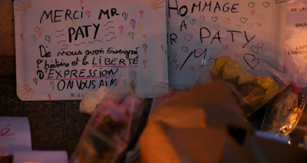 Une pancarte en hommage à l'enseignant assassiné Samuel Paty devant le collège où il travaillait à Conflans-Sainte-Honorine, le 17 octobre 2020 Photo Bertrand GUAY. AFP