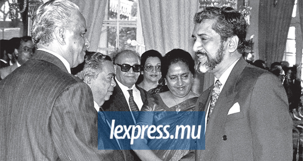 Sir Anerood Jugnauth and Cassam Uteem exchanging a warm handshake when the later was made second President of the Republic of Mauritius, in 1992.