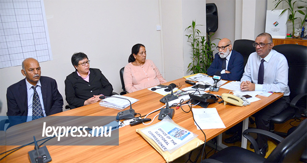 Members of the ESC Dev Cowrea, Devita Peerun and Narghis Bundhun, with Chairman Yusuf Aboobaker and electoral commissioner Irfan Rahman, in a meeting with the press on November 6, 2019. © Sumeet Mudhoo